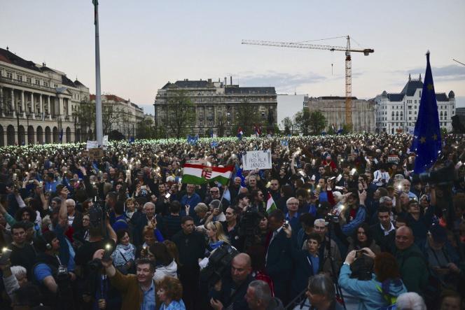 La marche de soutien à l'Université d'Europe centrale a rassemblé au moins 60000personnes à Budapest, le 9 avril.