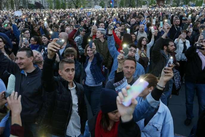 Manifestation en soutien à l'université d'Europe centrale (CUE) fondée par George Soros à Budapest le 9 avril.