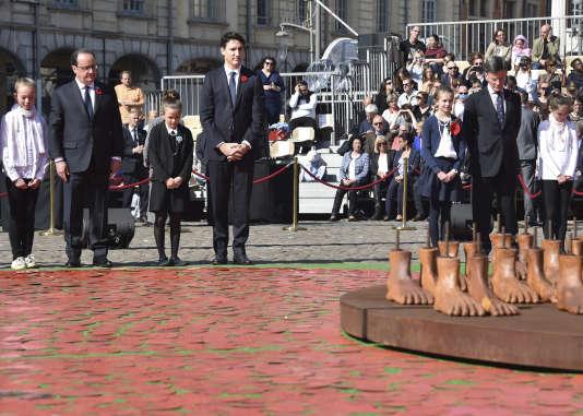 Les deux dirigeants ont présenté au public une œuvre commémorative, le « Coquelicot de la paix ».