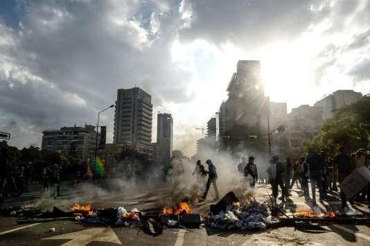 En marge e la manifestation contre le gouvernement du président Nicolas Maduro, à Caracas, le 8 avril.