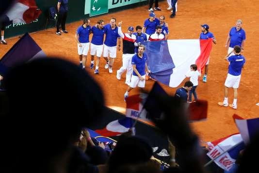L'équipe de France célébre sa qualification pour la demi-finale de la Coupe Davis à Rouen le 8 avril.
