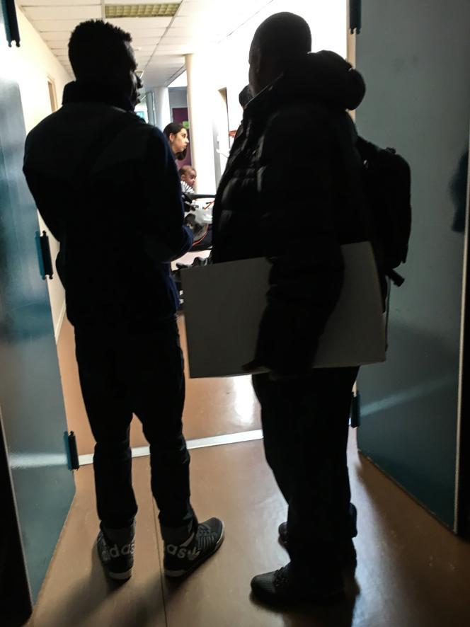 Des demandeurs d'asile dans le hall du CADA Coallia de Rennes, le 6 avril 2017.
