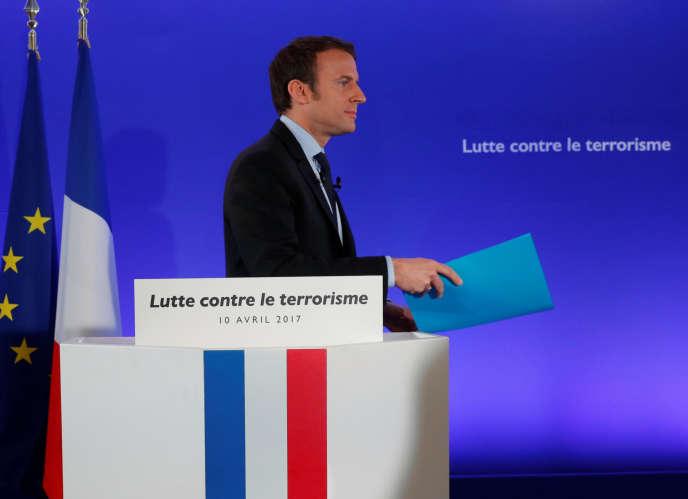 Le candidat d'En marche! lors de la présentation de son programme pour lutter contre le terrorisme sur Internet, le 10avril à Paris.