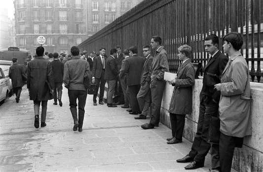 Des étudiants attendent l'ouverture du lycée Henri-IV, le jour de la rentrée, le23septembre1963, à Paris.