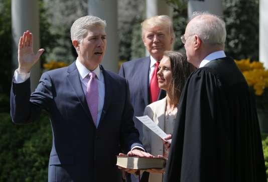 Le juge de la Cour suprême Neil Gorsuch prête serment à la Maison Blanche devant le magistrat Anthony Kennedy, le10avril à Washington.