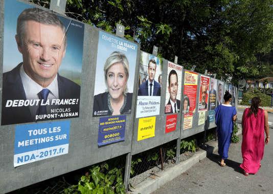 Affiches de campagne, à Saint-André-de-la-Roche (Alpes-Maritimes).