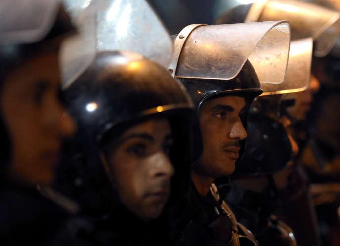 Policiers aux abords de l'église copte de Tanta, après l'attaque du 9 avril.