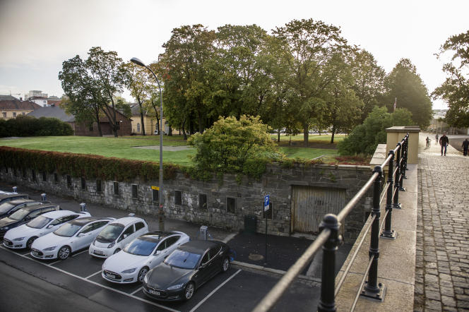 Un parking gratuit équipé de bornes de recharge pour voitures électriques, à Oslo, en septembre 2015.