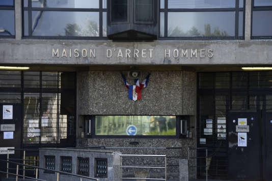 Deux cent surveillants, personnels de santé, conseillers d'insertion et de probation, étaient réunis devant l'enceinte de la prison, au lendemain d'une bagarre lors de laquelle six gardiens de la prison ont été blessés par huit détenus mineurs.