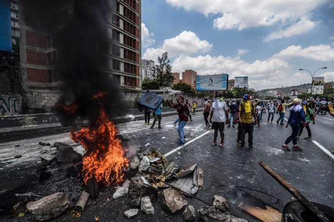 Manifestation d'opposants au président Maduro, à Caracas, le 10 avril.