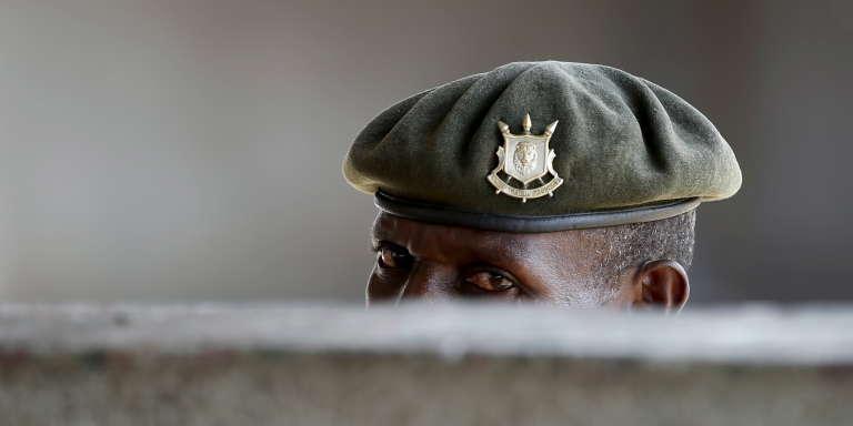 Un soldat burundais durant les manifestations de l'opposition contre le régime de Pierre Nkurunziza, à Bujumbura, en mai 2015.