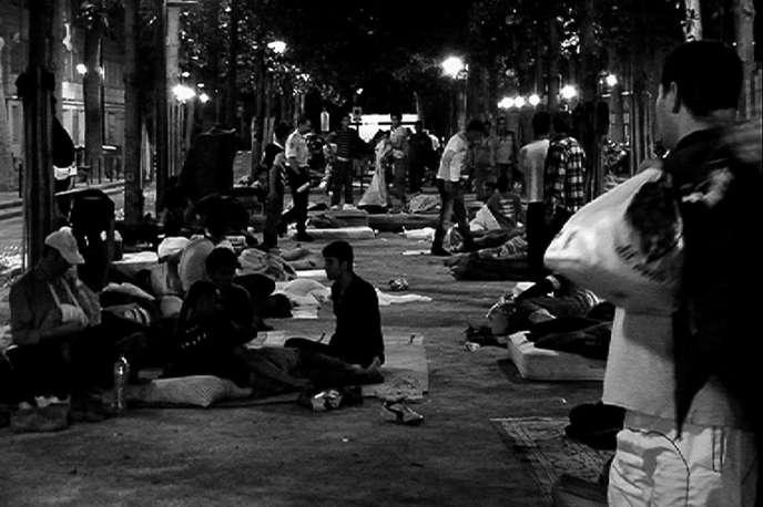 Une image du documentaire français de Sylvain George,« Paris est une fête».