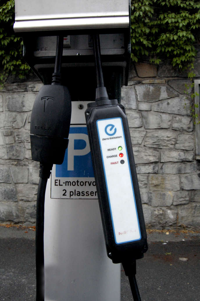 Une borne publique pour recharger les véhicules électriques à Oslo (Norvège).