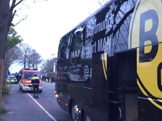 Le bus de l'équipe du Borussia Dortmund, avec sa vitre brisée par les explosions qui le visaient, mardi 11 avril à Dortmund (Rhénanie-du-Nord-Westphalie).
