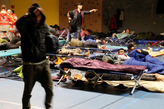 Dans un gymnase de Grande-Synthe, le 11 avril. On ignore encore où se trouvent 500 des 1500migrants qui ont dû évacuer le camp.