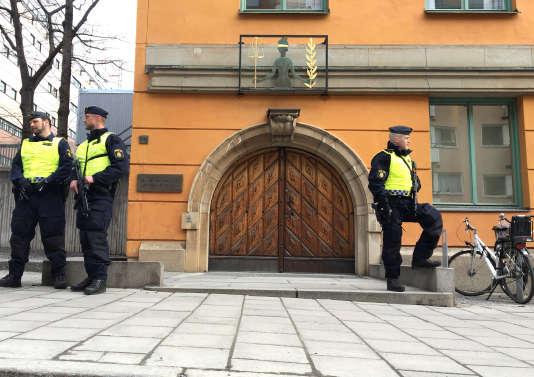 Des policiers surveillent le tribunal lors de l'audience du suspect de l'attentat, le 11 avril, à Stockholm.