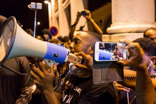 Manifestation du collectif« Pou Lagwiyann dékolé », devant la préfecture, à Cayenne, le 7 avril.