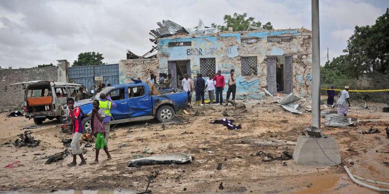 Des personnes se rassemblent sur le lieu de l'attentat-suicide perpétré à proximité du ministère de la défense somalien, qui visait le nouveau chef de l'armée, le 9 avril, à Mogadiscio.
