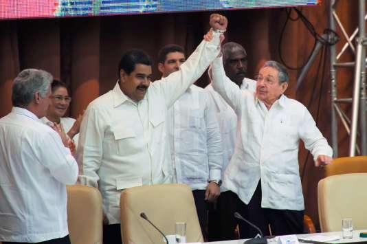Le président vénézuélien, Nicolas Maduro, aux côtés du président cubain, Raul Castro, à La Havane, lundi 10avril.