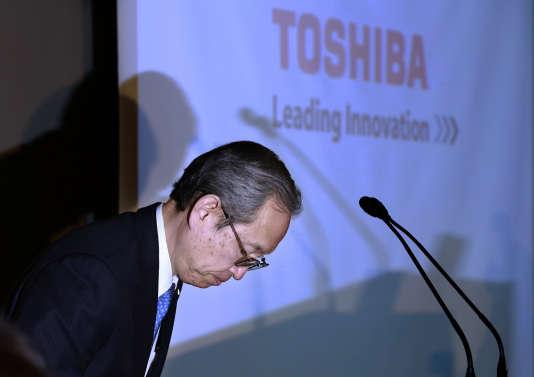 Satoshi Tsunakawa, le président de Toshiba, lors de l'annonce des résultats de son groupe, le 11 avril, à Tokyo.