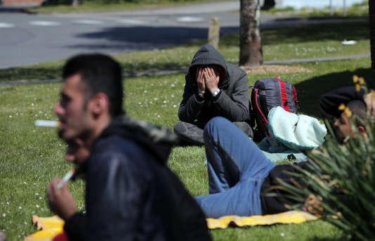 A Grande-Synthe, le 11 avril 2017, des migrants se retrouvent sans toit,après l'incendie du camp humanitaire.