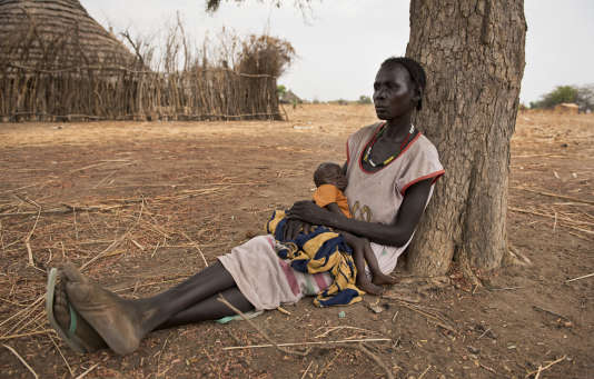 Une femme et son fils de sept mois allongés à proximité d'un point de distribution de nourriture à Malualkuel, dans la région Bahr El-Ghazal au Soudan du Sud, touchée par la famine, le 5 avril.