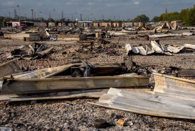 La camp de la Linière à Grande-Synthe a été ravagé par un spectaculaire incendie dans la nuit de lundi à mardi.
