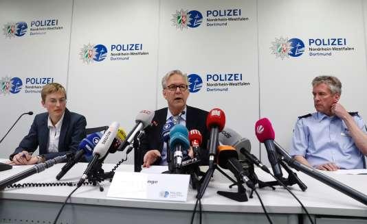 Gregor Lange, le chef de la police de Dortmund (au centre), a déclaré que l'attaque visait bien le bus de l'équipe allemande.
