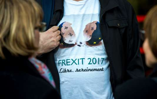 Des partisans du candidat à l'élection présidentielle française François Asselineau (UPR) arrivent à un rassemblement de campagne, à Lille, le 10 avril.