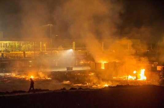 L'incendie du camp de Grandes-Synthe, dans la nuit du 10 au 11 avril.