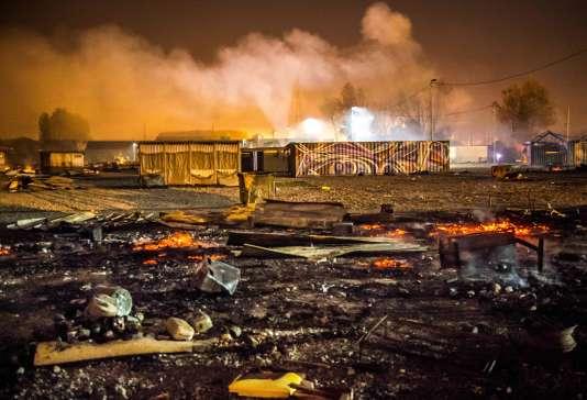 Les restes des cabanons du camp de Grande-Synthe après l'incendie, le 11 avril au matin.