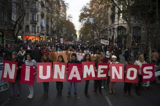 """Marche à l'initiative du mouvement """"Ni Una Menos"""" (créé en2015 pour lutter contre les violences sexistes), à Buenos Aires, le 3 juin 2016."""