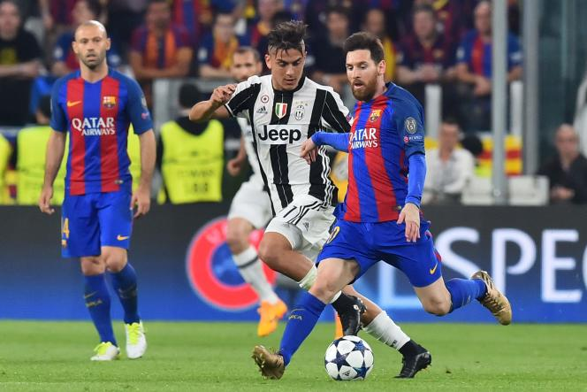 L'Argentin Paulo Dybala de la Juventus Turin et le joueur argentin du FC Barcelone Lionel Messi, lors d'un quart de finale de Ligue des champions, en avril 2017 à Turin.