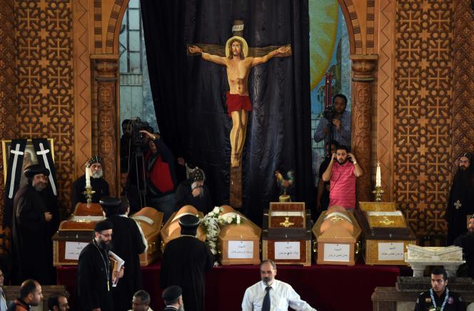 Les funérailles de plusieurs victimes de l'attentat d'Alexandrie ont été célébrées au monastère Mar Mina, le 10 avril.