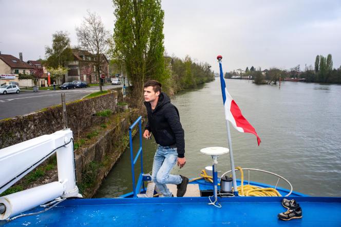 Aurélien, batelier amarré à Compiègne (Oise), se dit excédé des «étrangers qui ont droit à tout». Il ira voter pour Marine Le Pen.