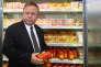 Blairo Maggi, le ministre de l'agriculture brésilien, en tournée d'inspection dans un supermarché de Brasilia, le 22 mars.
