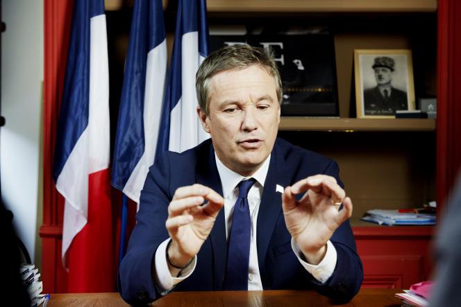 Nicolas Dupont-Aignan à son QG de campagne à Paris, le 10 avril.