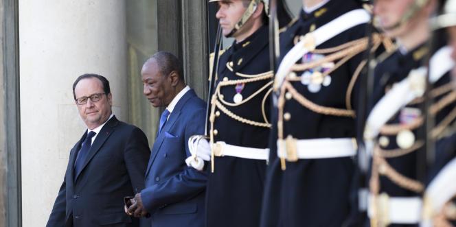 Les présidents français, François Hollande, et guinéen, Alpha Condé, à la sortie de leur entretien, mardi 11 avril, à l'Elysée.