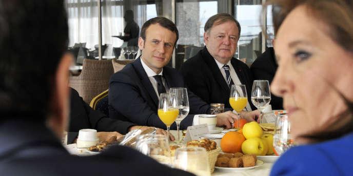 Emmanuel Macron lors d'un dîner avec des membres du Forum des chefs d'entreprise, le 14février 2017, à Alger.