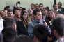 Le président Enrique Peña Nieto à l'aéroport de Mexico, le 7 février, accueillant des expulsés venus des Etats-Unis.