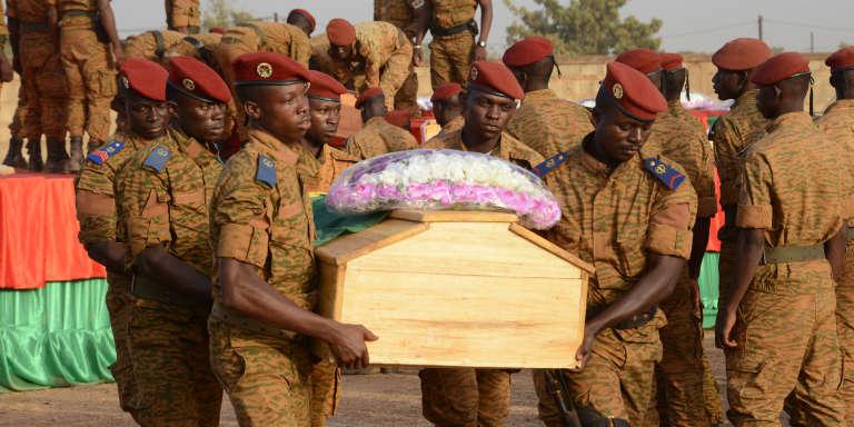 Au cimetière de Ouagadougou, le 20 décembre 2016, des militaires rendent hommage aux douze soldats tués lors d'une attaque d'Ansaroul Islam à Nassoumbou, dans le nord du Burkina Faso, quatre jours plus tôt.