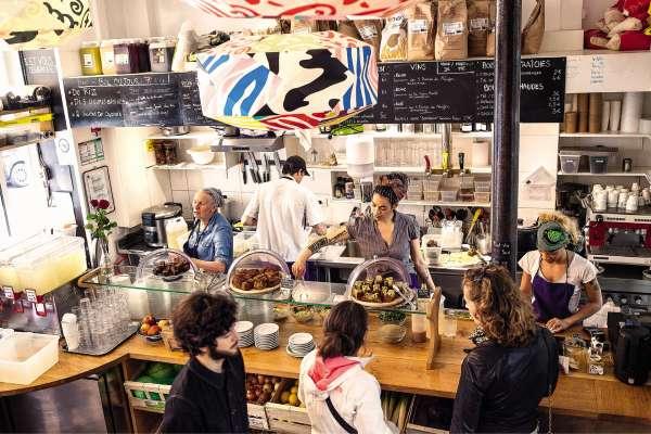 Ouvert en 2014, Le Bichat, dans le 10e arrondissement de Paris, a ouvert la voie de la « cantinomie », soit l'art d'«utiliser les armes de la gastronomie pour donner à manger à tout le monde».