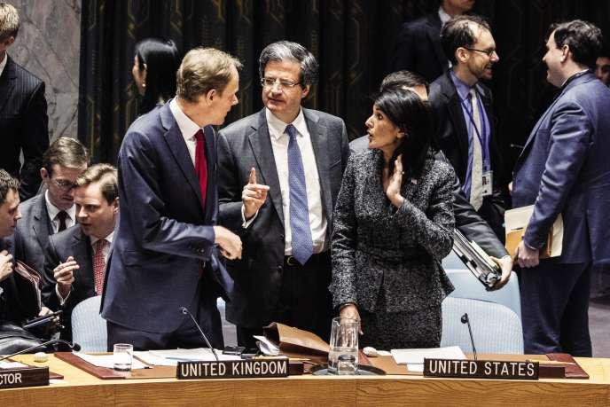 L'ambassadeur français à l'ONU François Delattre, entouré de ses homologues britannique Matthew Rycroft et américaine Nikki Haley, au siège des Nations unies, le 28 février 2017.