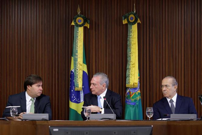 Michel Temer (au centre) avec le président de la chambre des députés (à gauche) et le chef de la Maison civile (à droite), tous deux visés par l'enquête, mardi 11 avril 2017.