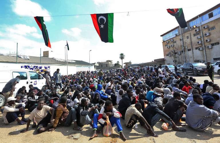 Des migrants africains rassemblés par les services libyens de lutte contre l'immigration illégale, le 23mars, à Tripoli.