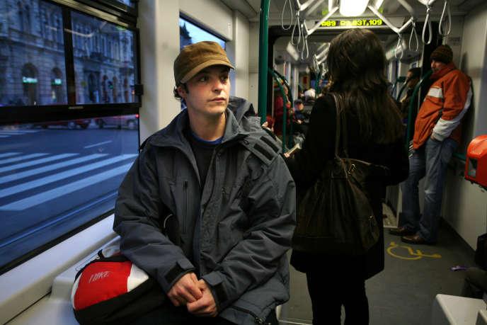 Francisco Didpa un étudiant de 29 ans,dans un train de banlieue de Budapest, en Hongrie, en 2008.