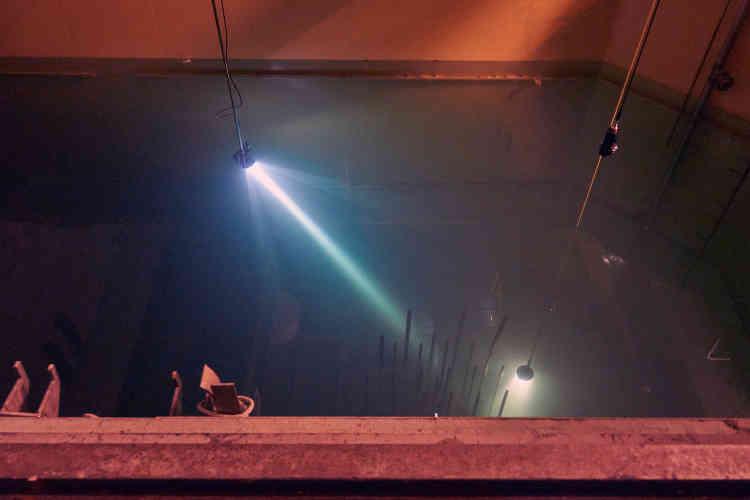 La cuve d'acier du réacteur, de 220tonnes, est aujourd'hui immergée dans une piscine, sous dix mètres d'eau, afin de réduire l'exposition aux radiations lors de sa découpe. Celle-ci se ferapar des robots commandés à distance. Cette opération génèrera 200tonnes de déchets métalliques de faible et moyenne activité à vie courte, et 20tonnes de déchets à vie longue, qui seront expédiés vers des centres de stockage.
