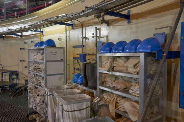 Dans l'enceinte géantedu surgénérateur (85 mètres de hauteur contre 56 mètres pour le bâtiment d'un réacteur à eau pressurisée de 900W), tenues et casques de chantier sont de rigueur pour les 200employés chargés des travaux de démantèlement. Ces équipements nesortent jamais de la zone contrôlée.