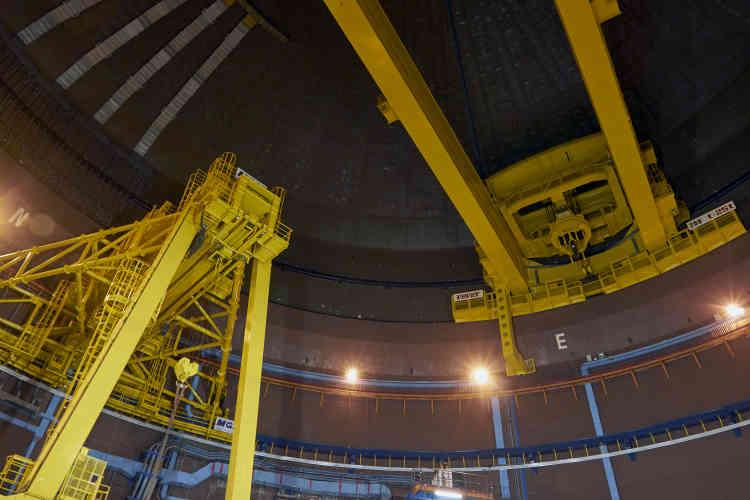Superphénix a été le plus grand réacteur à neutrons rapides au monde. Les dimensions sont impressionnantes : 24 mètres de diamètre pour la cuve, contre 4mètres pour celle d'un réacteur à eau pressurisée standard. Deux gigantesques ponts roulants, les plus grands d'Europe, permettent dedéplacer les gros équipements.