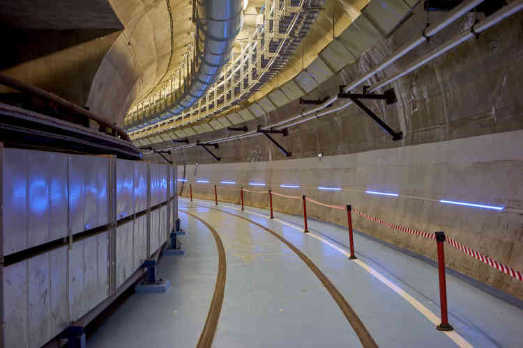 Deux galeries d'une centaine de mètres, reliées par des passages transversaux, mènent aux cavernes abritant le bâtiment réacteur et les équipements auxiliaires de Chooz A. Des gaines de ventilation courent tout le long des installations, où des rails permettent l'évacuation des matériaux issus du démantèlement.